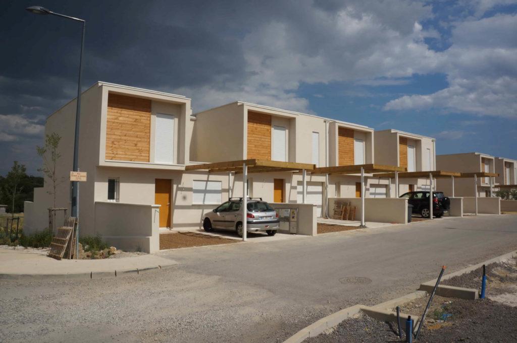 Photo de la construction du Hameau du Mas à Montarnaud avec un ensemble de maisons individuelles