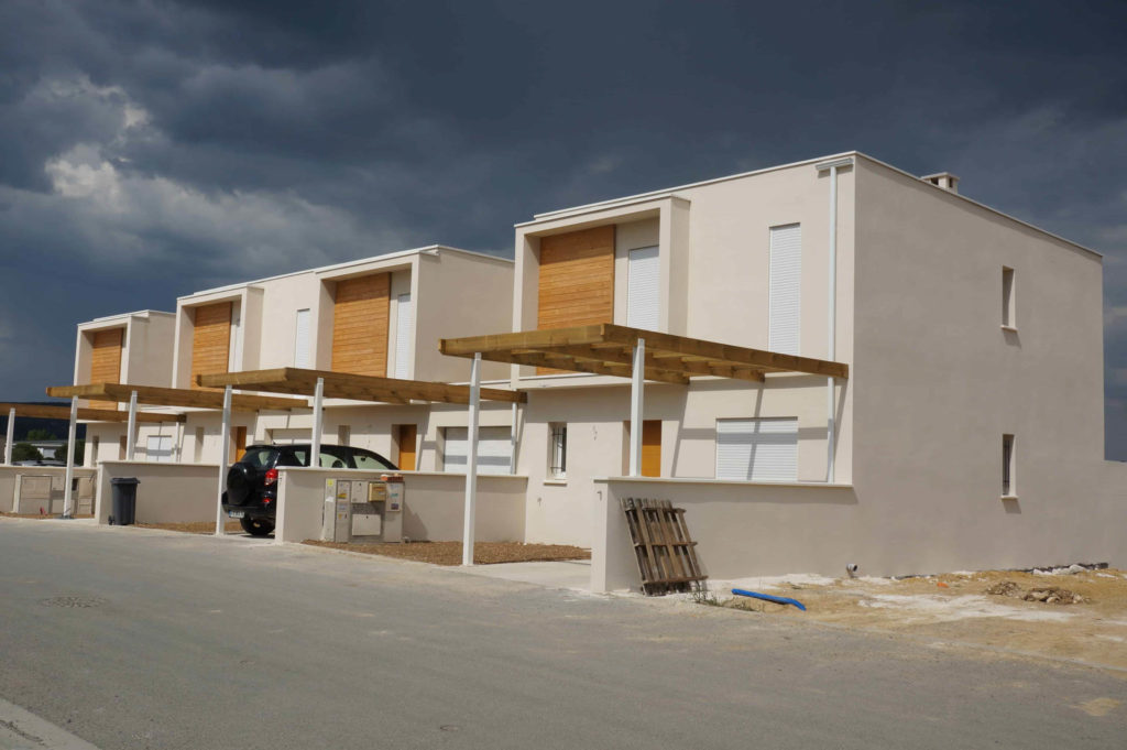 Vue de coté d'un ensemble de maisons individuelles au Hameau du Mas à Montarnaud