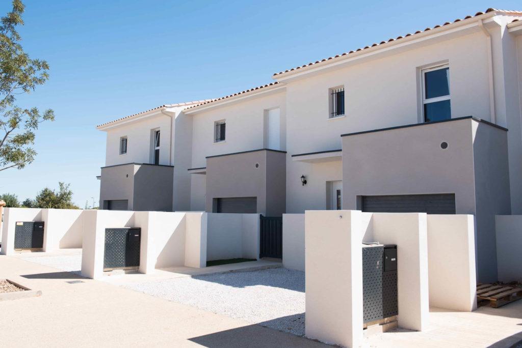 Photo des entrées de trois maisons individuelles au Hameau Lou Plan à Mudaison